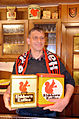 """2014-04-12 Dirk Runge, Geschäftsführer der Gaststätte mit Hotel""""Zur Eiche"""" in Hannover, Groß-Buchholz, hier am Tresen mit zwei Dosen Eichhorn-Kaffee aus seiner Kaffeedosen-Sammlung.jpg"""