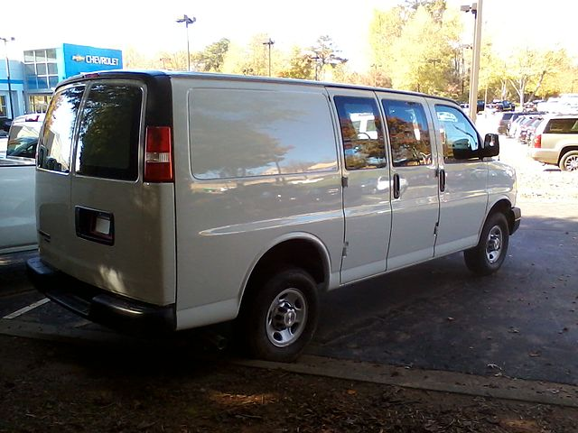 https://upload.wikimedia.org/wikipedia/commons/thumb/c/c5/2015_chevrolet_express_2500_reverse.jpg/640px-2015_chevrolet_express_2500_reverse.jpg