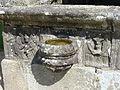 4453.Altes Beinhaus-Relief-Links-Anbetung der Könige. Rechts-Zwei Engel eine Monstranz in den Händen haltend. Enclos Paroissal-Umfriedeter Pfarrbezirk Guimiliau.JPG