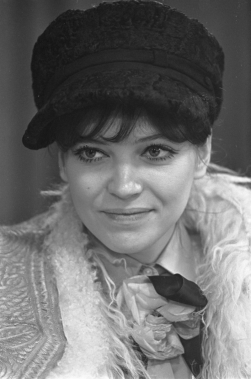 Aankomst Franse filmster Anna Karina op Schiphol, Anna Karina tijdens persconfer, Bestanddeelnr 921-0593.jpg