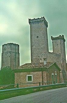 Il castello Caldora di Pacentro: una delle tante fortezze fatte costruire da Jacopo Caldora su di roccaforti longobarde. Anche Campo di Giove possedeva un suo castello, successivamente trasformato in un palazzo residenziale