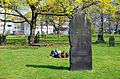 Alter St. Nikolai Friedhof in Hannover, Frühling zwischen Grabsteinen.jpg
