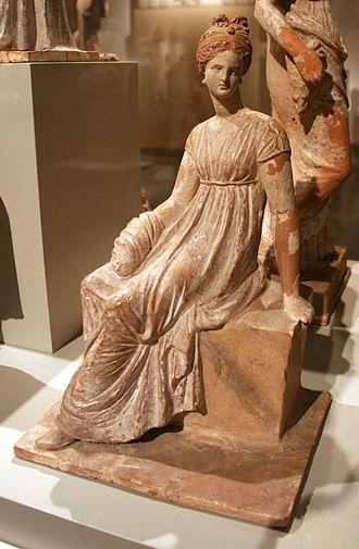 Tanagra figurine - Tanagra figurine representing woman sitting