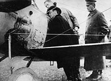 Le 8 avril 1918, le secrétaire à la Guerre des États-Unis Newton D. Baker et le major-général William Murray Black, inspectant un avion Nieuport sur la base américaine d'Issoudun.