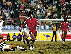 Argentinos Juniors - Claudio Borghi dribbling during the 1985 Intercontinental Cup vs. Juventus F.C..