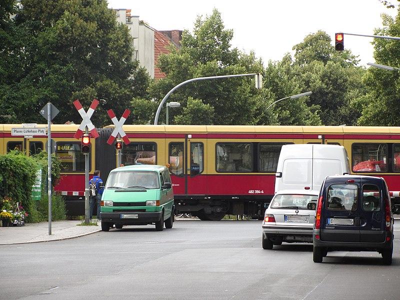 File:Bahnuebergang-Berlin-Lichtenrade-S-Bahn LWS0405.jpg