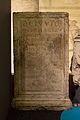 Base de statue en pierre calcaire avec dédicace en l'honneur de Quintus Cluvius Macer - Musée romain d'Avenches.jpg