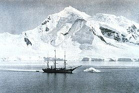 Le Belgica de l'expédition antarctique belge de 1897 à 1899 devant le mont William.