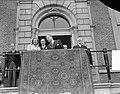 Bezoek van koningin Juliana en prins Bernhard aan Gelderland. De koningin op bal, Bestanddeelnr 904-0683.jpg
