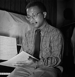 Billy Strayhorn, compositor de jazz, pianista, letrista e arranjador norte-americano. Foto por William P. Gottlieb entre 1946 e 1948. (definição 3 416 × 3 508)