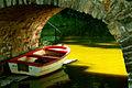 Boot unter der Schlossbrücke von Schloss Hämelschenburg.jpg