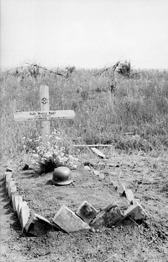 "The grave of a German soldier, Heinz Kuhl, on the Kursk battlefield Bundesarchiv Bild 101I-022-2948-19, Russland, Unternehmen ""Zitadelle"". Soldatengrab.jpg"