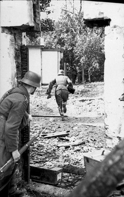 File:Bundesarchiv Bild 101I-590-2333-30, Arnheim - Osterbeek, Soldaten zwischen Häuserfronten.jpg