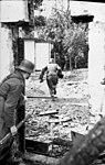 Bundesarchiv Bild 101I-590-2333-30, Arnheim - Osterbeek, Soldaten zwischen Häuserfronten.jpg