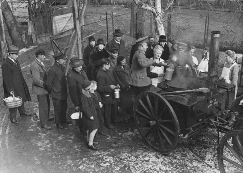 Bundesarchiv Bild 183-T0706-501, berlin, Armenspeisung
