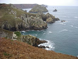 Cap Sizun - The north side of Cap Sizun is formed by a succession of points and small bays. Here the pointe de Karn Uhel and îlot du Milinou in the commune of Goulien.