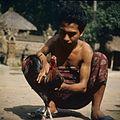 COLLECTIE TROPENMUSEUM Portret van een man met een vechthaan TMnr 20027295.jpg