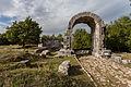 Carsulae, arco di S. Damiano e strada Flaminia 4.jpg