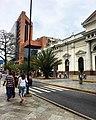 Centro de Caracas, al fondo el centro comercial Metrocenter.jpg