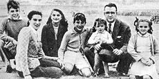 A teenage Ernesto (left) with his parents and siblings, ca.1944. Seated beside him, from left to right: Celia (mother), Celia (sister), Roberto, Juan Martín, Ernesto (father) and Ana María.