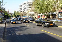 Algunos taxis en Avenida Nueva Providencia, Providencia.