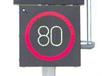 Cholupice, proměnná značka rychlosti před Cholupickým tunelem, rozostřený pohled.jpg