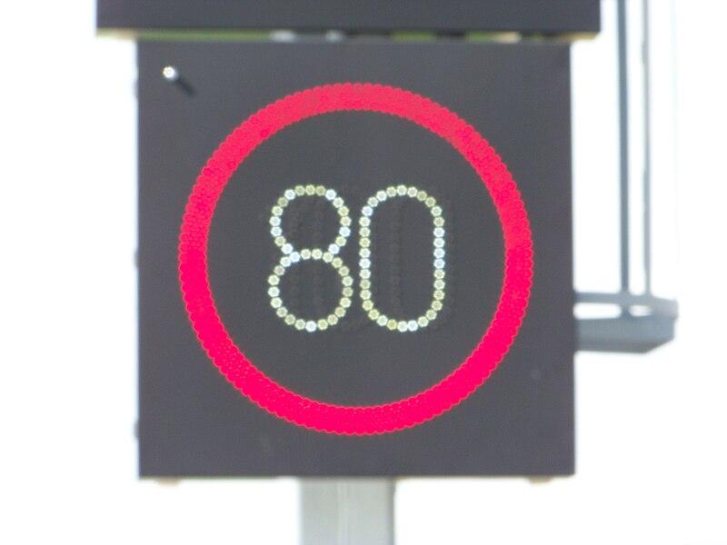 File:Cholupice, proměnná značka rychlosti před Cholupickým tunelem, rozostřený pohled.jpg