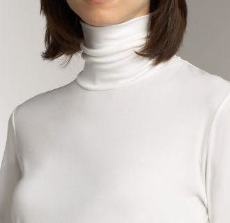 Polo neck - Woman in an unfolded polo neck.