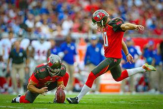 Плейскикер пытается забить с игры, выбивая мяч из рук игрока.