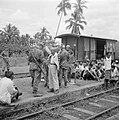 Controle op wapens van Indonesische treinreizigers door Nederlandse militairen, Bestanddeelnr 255-6835.jpg