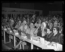 audience applying makeup at lecture by beautician in los angeles c 1950