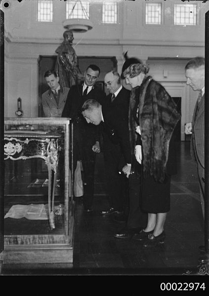 File:Count Felix Graf and Countess Ingeborg von Luckner looking at a display case at Old Parliament House in Canberra (9595653782).jpg