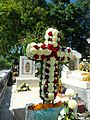 Cruz de flores sobre una tumba de panteón.JPG