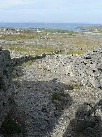 Dún Aonghasa - Image: Dún Aonghusa 2, looking down
