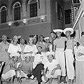 De heer Da Costa Gomez temidden van Curaçaonaren bij de koninklijke ontvangst op, Bestanddeelnr 252-3833.jpg