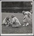 De prinsessen met een hond in de tuin van paleis Soestdijk te Baarn, Bestanddeelnr 019-1066.jpg