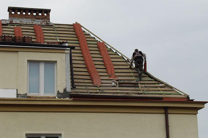 English: A roofer in Gdańsk (Poland).