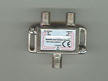 Exemple de connecteurs femelles de type F, équipant ici un diplexeur