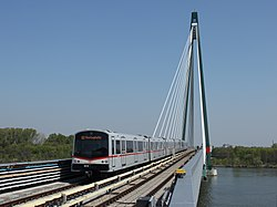 Donaustadtbrücke rigardate de la stacio Donaumarina.jpg