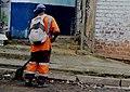 Eboueur entrain de nettoyer dans la rue.jpg