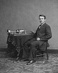 Thomas Alva Edison junto a su invento el fonógrafo