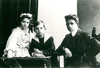 Kurt Tucholsky - Kurt Tucholsky (right), 14 years old with his siblings Ellen and Fritz (1904)