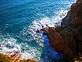 Espolón de piedra que sumerge en el mar Mediterráneo. Tossa de Mar. Provincia de Gerona (España). - panoramio.jpg