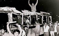 Estudiantes sobre camión quemado el 28 de julio.