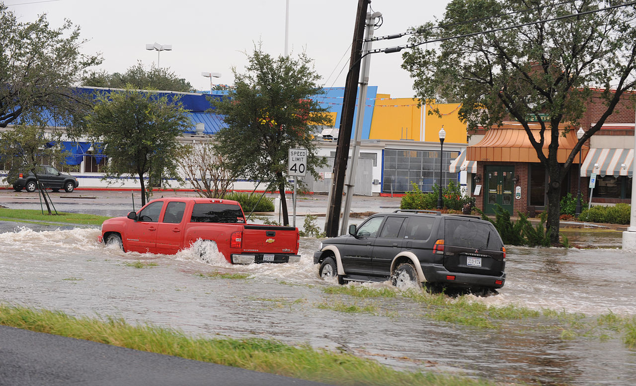 file fema 38450 cars going through flood water in wikimedia commons. Black Bedroom Furniture Sets. Home Design Ideas