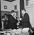 Fabrieksdirecteur Albert van Abbe (rechts) schudt hand van een man, geheel links, Bestanddeelnr 255-8556.jpg