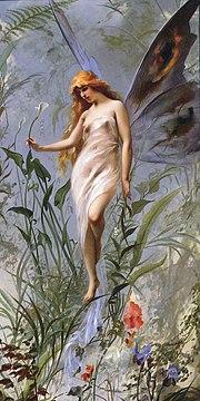 Une fée se tient à la verticale en déployant ses ailes de papillon. Elle semble marcher sur les herbes qui l'entourent.