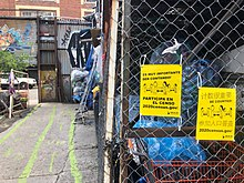 Ulotki zachęcające do wypełnienia spisu wiszą w Sure We Can - Brooklyn, NY - 2020.jpg