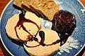Foie gras med rødvinssyltet figen og ristet brød (5075595775).jpg