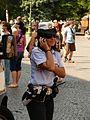 Fotothek-df ge 0000194-telefonierende Polizistin im Stadtzentrum.jpg
